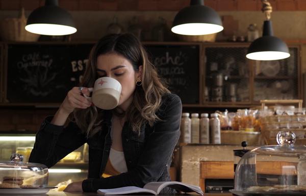 montage vidéo publicitaire invite au voyage au café Yannick Eychenne